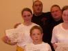 Gratulation zur bestandenen Gelbgurtprüfung. Jasmin und Julia von den Erwachsenen und im Vordergrund Rimbert aus der Kindergruppe